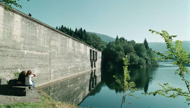 En la imagen de archivo, la pared de la presa de Enobieta, en la finca de Artikutza, que será demolida parcialmente para recuperar la conexión original del río Enobieta.