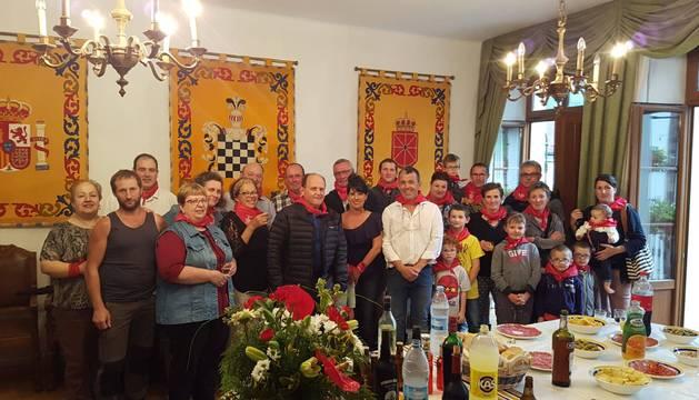 Vecinos del barrio de Ondarrola (Arnegi), durante la recepción que les tributó la corporación de Valcarlos.