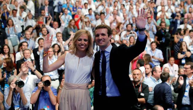Pablo Casado, junto a su mujer, Isabel Torres, tras ganar a Soraya Saénz de Santamaría