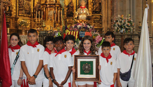 La corporación infantil posa en la parroquia de Santa María de la Asunción con la patrona, María Magdalena.