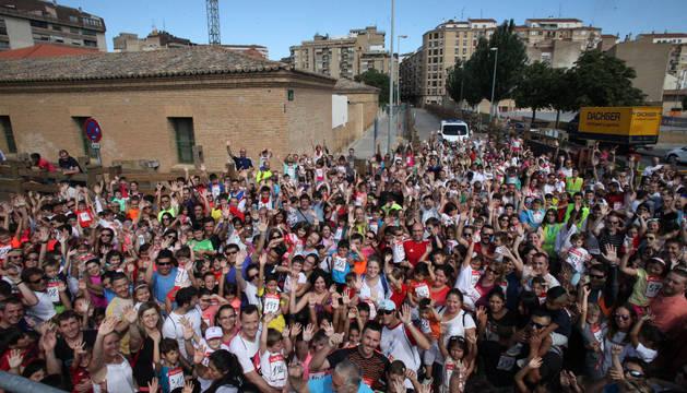 Cientos de vecinos y visitantes se dieron cita ayer en el trayecto del encierro para participar en la carrera organizada por Diario de Navarra por sexto año consecutivo.
