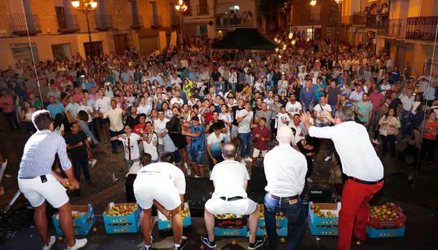 Ablitas honra a su patrona con el lanzamiento de más de 300 kilos de peras