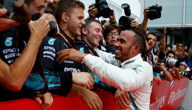 Hamilton celebra la victoria.