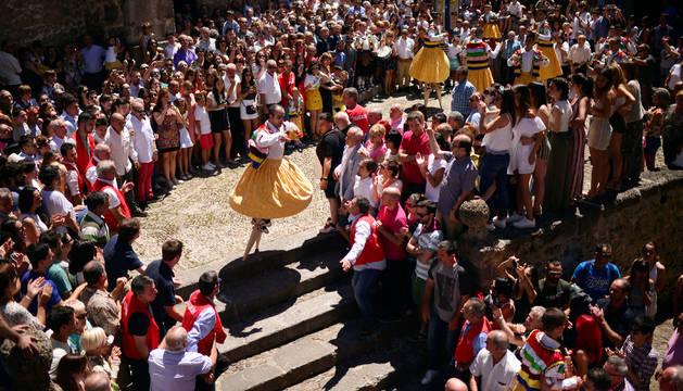Ocho 'peonzas humanas' cumplen un rito del s.XVII de bailar sobre zancos en Rioja