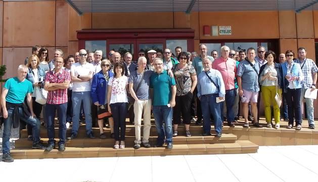 Los representantes municipales de localidades de Tierra Estella y técnicos de Teder, durante la visita al centro de desarrollo de renovables ubicado en los Altos de Lubia (Soria).