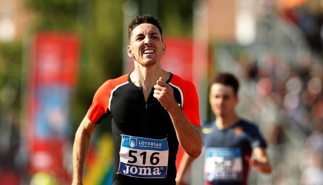 Sergio Fernández, en la recta final de la prueba de 400 metros vallas, donde consiguió el oro nacional