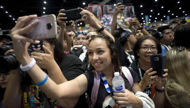 Asistentes a la Comic-Con, en San Diego, toman fotografías a los actores invitados