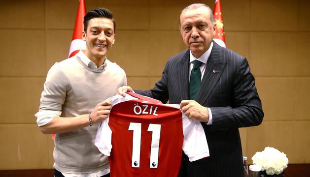 Imagen de Erdogan junto a Özil.