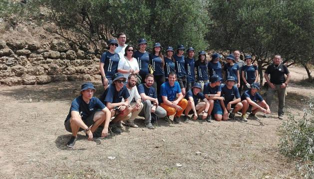 Los representantes del Gobierno de Navarra con los voluntarios.