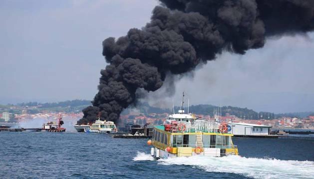 El incendio del barco con 50 pasajeros en O Grove, Pontevedra.