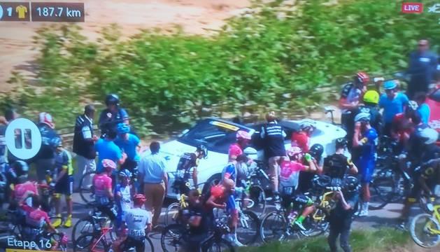 Captura de televisión del momento en el que se ha detenido el Tour.