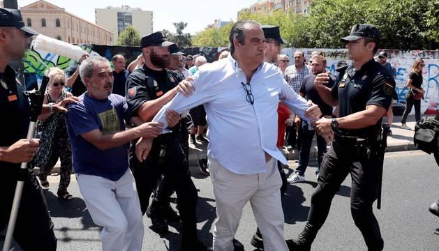 Tensión entre la Policía y detractores del mural que apoya a los condenados de Alsasua