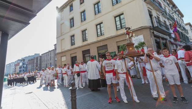 Integrantes de la Orden del Volatín portan la imagen -un San Juan reconvertido en Santiago- durante el desfile procesional.