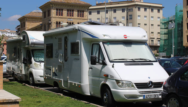 Dos caravanas en el aparcamiento junto a la plaza de la Coronación.