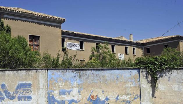 El edificio de los pasionistas en Tafalla, con las pancartas que los okupas han colgado en las ventanas.