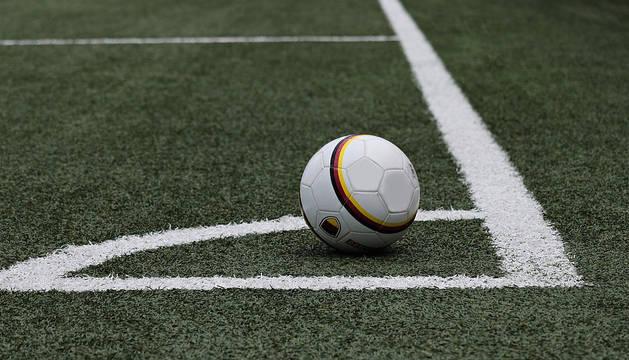 Un campo de fútbol artificial.