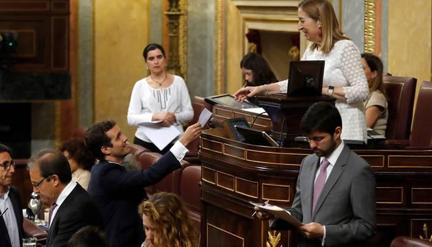 Casado votando, durante el pleno extraordinario para someter a votación la designación de la periodista Rosa María Mateo.
