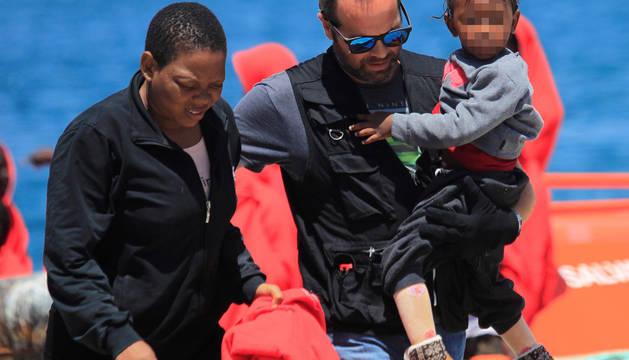 Una madre y su hijo, rescatados en el Estrecho.