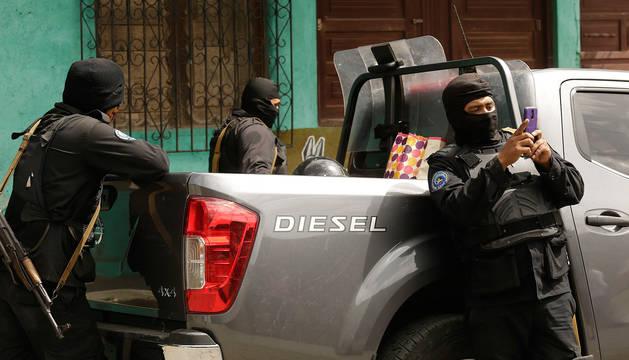 Policías patrullan en el barrio Sandino, en el municipio de Jinotega (Nicaragua).