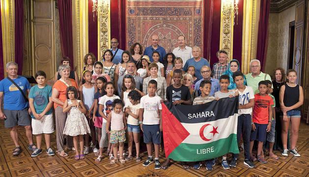 Los niños y niñas saharauis y sus familias de acogida y Barkos.
