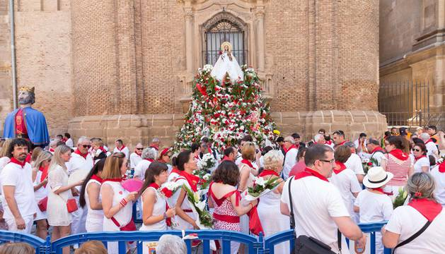 Miles de personas agasajan a Santa Ana en la ofrenda floral