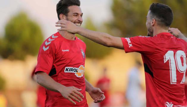 Xisco y Kike Barja celebran el único gol del partido.