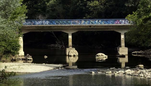 Bajo el puente del Plazaola emergen restos del antiguo, con parte de los pilares cilíndricos de piedra.