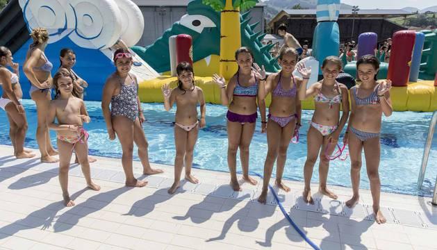 Hinchables en la piscina por el Día de los niños y jóvenes en las fiestas de Elizondo (26 de julio)