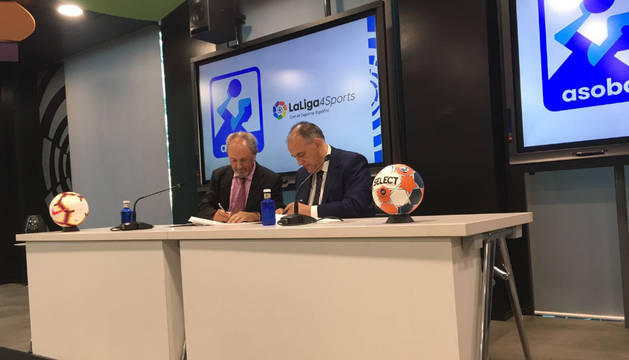 El presidente de la ASOBAL, Adolfo Aragonés, y de la LaLiga, Javier Tebas, firman el acuerdo de colaboración.