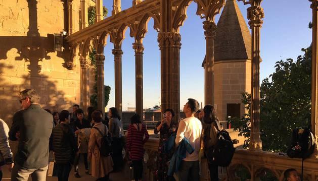 Un grupo de visitantes disfruta entre los muros del Palacio Real de Olite.