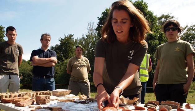 La arqueóloga de Aranzadi Oihane Mendizabal muestra materiales hallados en la excavación.