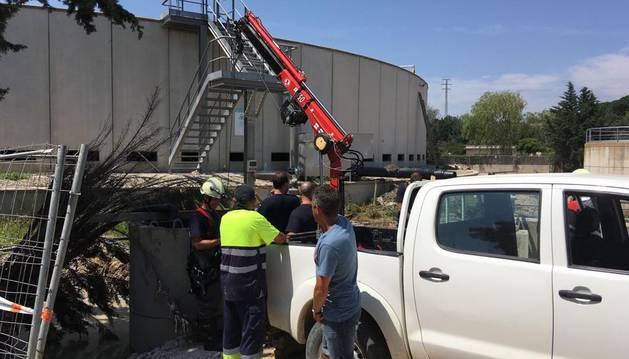 Bomberos rescatan los cuerpos de los dos trabajadores.