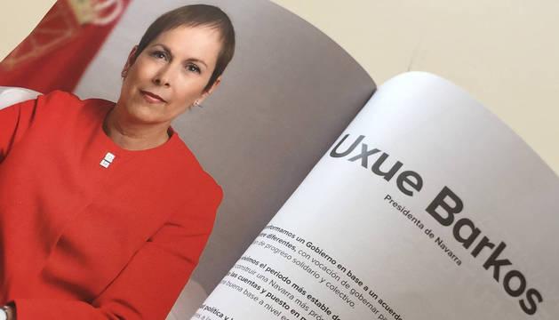 La presidenta Barkos, en el libro que recoge la acción del gobierno entre 2015 y 2018.