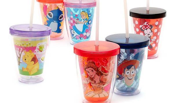 Vasos con pajitas decorados con personajes de Disney.