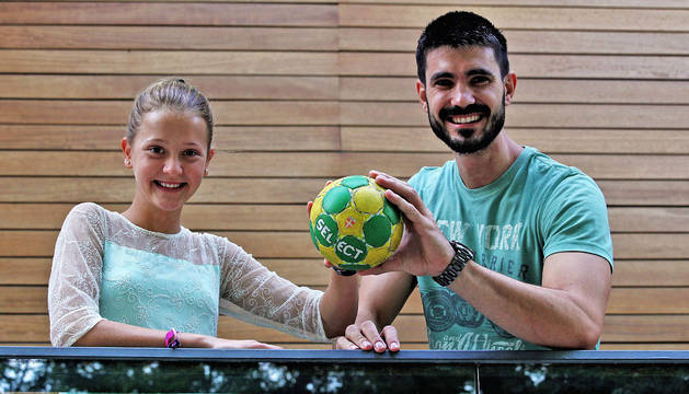 Maite Fernández y Eduardo Gurbindo sujetan el balón de balonmano, deporte que los dos practican y que les apasiona.