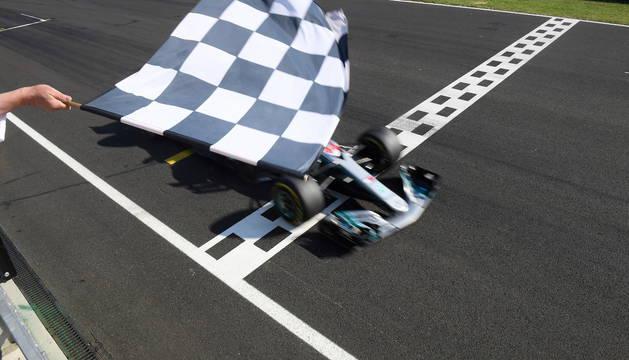 Lewis Hamilton cruza la línea de meta.