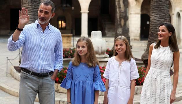 Los Reyes posan con sus hijas en Mallorca, esta vez en el Palacio de la Almudaina