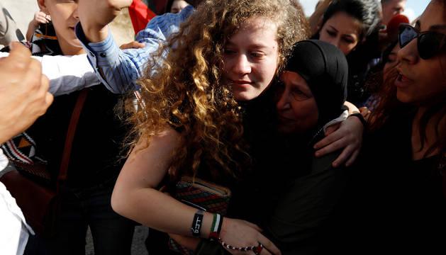 La adolescente palestina Ahed Tamimi es recibida por sus familiares.