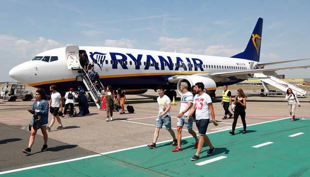 Pasajeros de Ryanair desembarcan en un aeropuerto cercano a Bruselas.