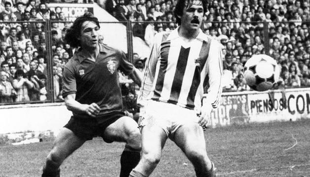 Tirapu, junto a Larrañaga, en un partido en El Sadar frente a la Real Sociedad en 1984.