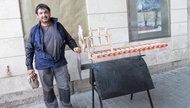 José Vicente Sirera Pérez posa con el toro de fuego momentos antes de dar comienzo a este tradicional acto de las fiestas de Tudela.