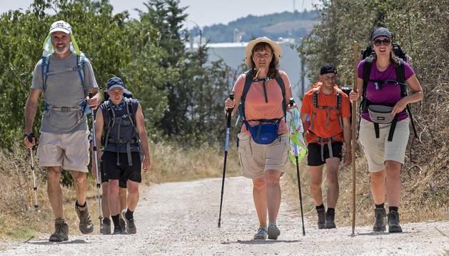 Un grupo de pereginos tratando de combatir el caluroso sol, ansiosos por llegar a Santiago de Compostela.