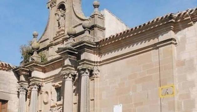 La portada de la basílica de Nuestra Señora de Mendía, con la situación del reloj.