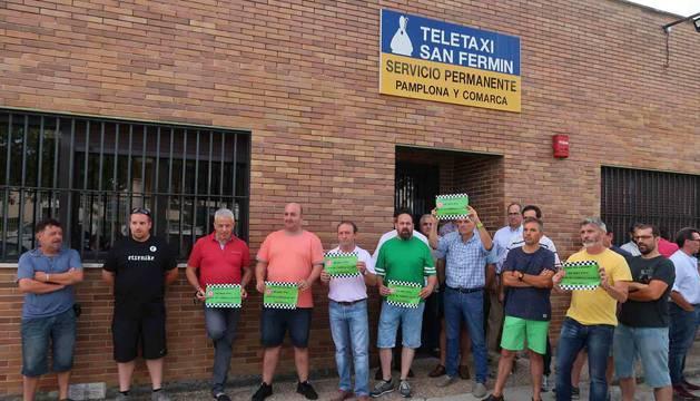 foto de Los taxistas de Navarra se han manifestado este lunes para exigir que se cumpla la ley de una VTC por cada 30 licencias de taxi.
