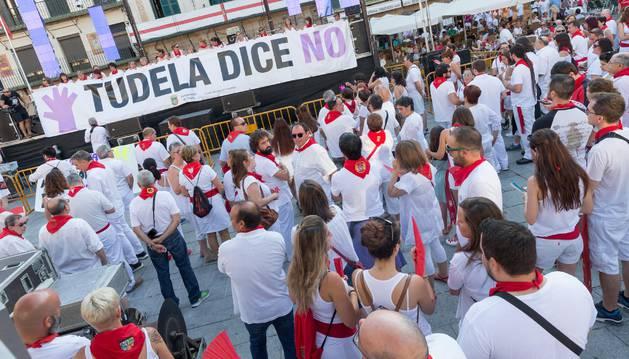 foto de Más de 300 personas se concentraron el domingo por la tarde en Tudela para condenar el caso de abuso sexual registrado en la ciudad. La cita, convocada por el Ayuntamiento de Tudela y el Consejo Municipal de Igualdad, tuvo lugar en la plaza de los Fueros.