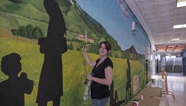 Estella cambia con un mural el pasaje hacia la plaza de Santiago