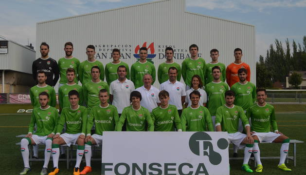 Foto de la plantilla y el cuerpo técnico del San Juan, en la presentación del equipo que tuvo lugar en la Agrupación.