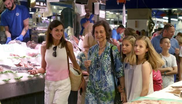 La Reina Letizia y sus hijas, la princesa Leonor y la infanta Sofía, y la reina emérita, doña Sofía, han salido hoy juntas a dar un paseo y visitar el mercado de abastos L'Olivar, situado en el centro de la ciudad de Palma.