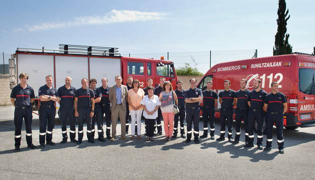 La consejera Beaumont, junto a los directores y los nuevos bomberos.