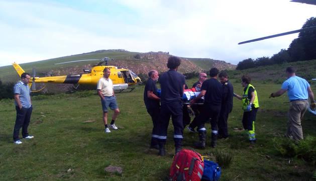 Traslado de una persona herida en un accidente laboral como consecuencia de la caída de un árbol.